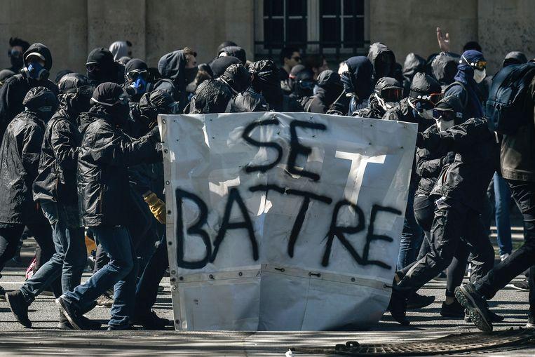 Black bloc-relschoppers tijdens de betoging van gisteren.