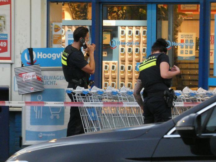 De politie heeft het gebied rond de supermarkt afgezet.