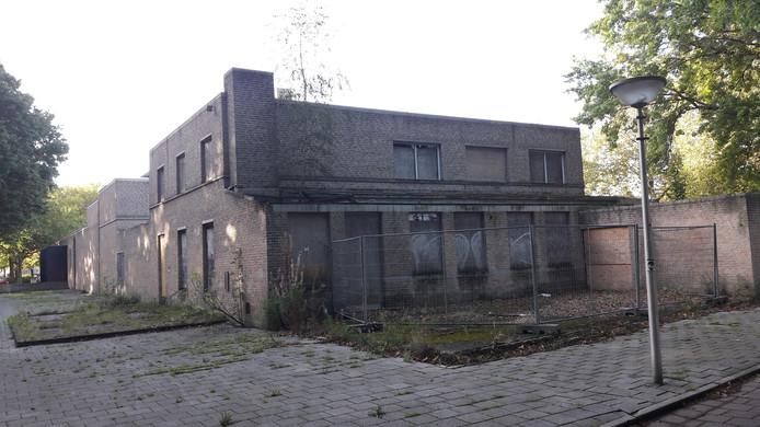 De oude vervallen pastorie van de inmiddels tot kantoor verbouwde Vincentius à Paolokerk.