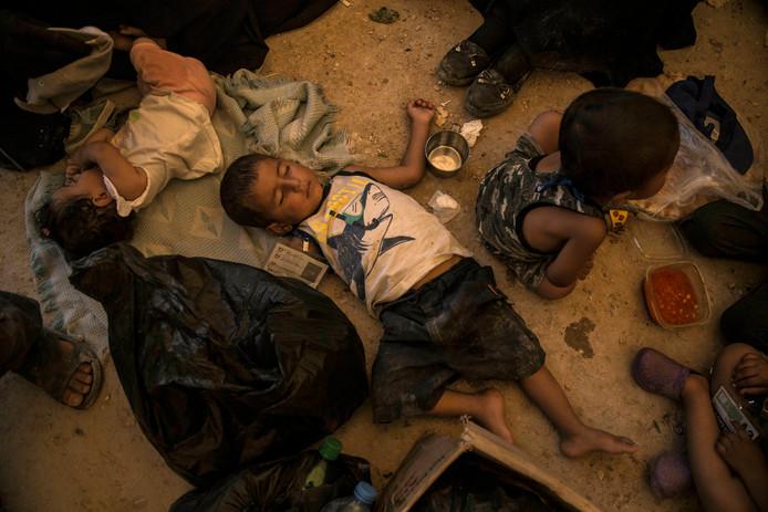 Kinderen in IS-kamp al-Hol in Syrië wachten op vervoer naar veilig gebied.