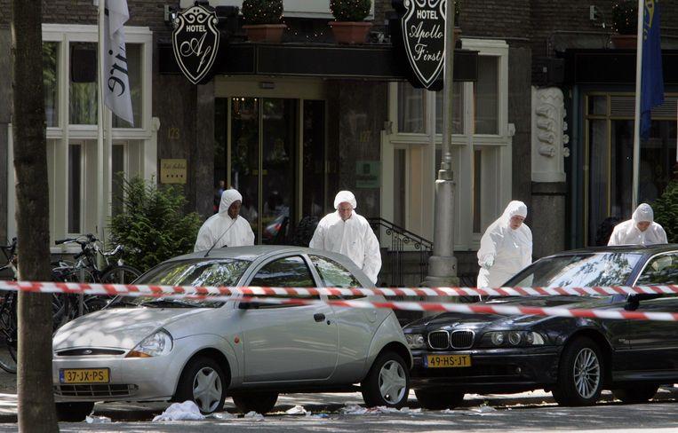 De technische recherche bij het kantoor van vastgoedhandelaar Willem Endstra aan de Apollolaan, waar hij werd neergeschoten. Beeld ANP
