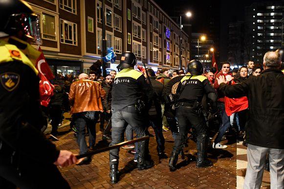 De diplomatieke rel half maart bracht in Nederland veel Turken op de been, onder meer aan het consulaat in Rotterdam.
