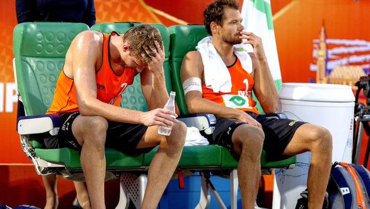 Teleurstelling bij Reinder Nummerdor en Christiaan Varenhorst na het verlies in de finale van het WK beachvolleybal tegen Brazilië. Beeld anp