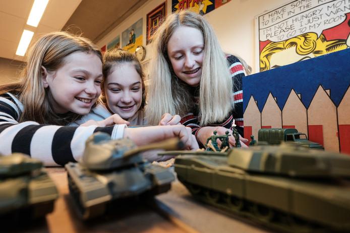 V.l.n.r: Isabel, Jonne en Jylze met hun diorama.