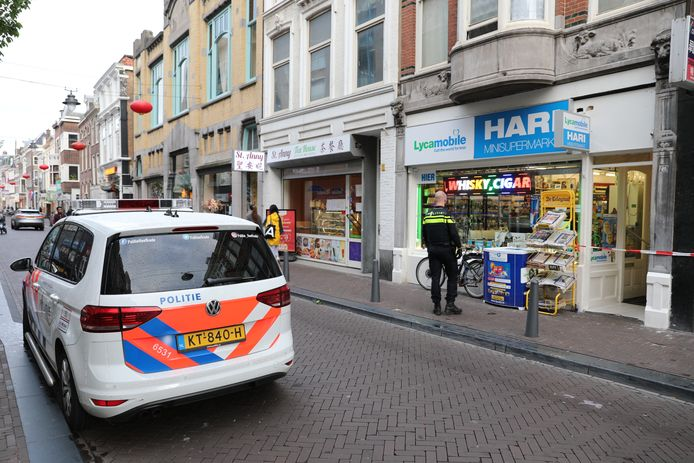 Twee mannen van 37 en 31 jaar zijn gistermiddag aangehouden op verdenking van aanranding dan wel vrijheidsberoving van een 17-jarig meisje in een minisupermarkt in Den Haag.