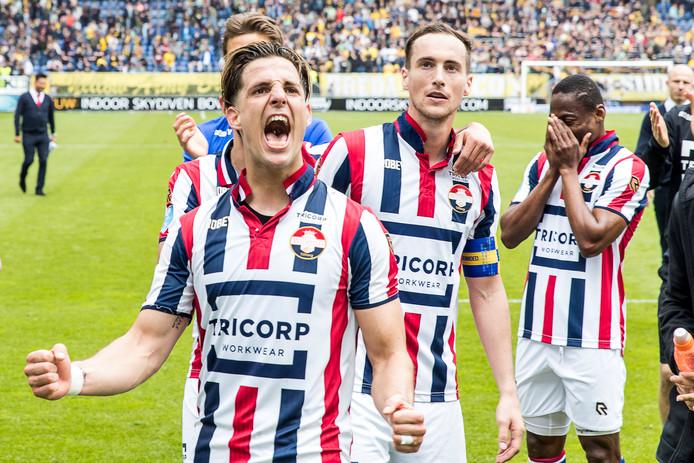 Juichende Willem II'ers afgelopen seizoen na de zege op bezoek bij NAC Breda .