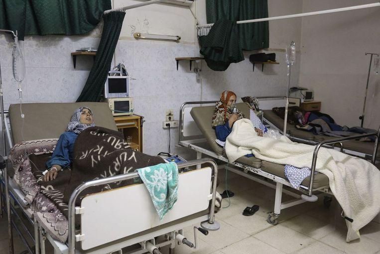 Patiënten liggen eind mei in het ziekenhuis na wat volgens activisten een gifgasaanval was bij het plaatsje Kfar Zeita in Syrië Beeld reuters