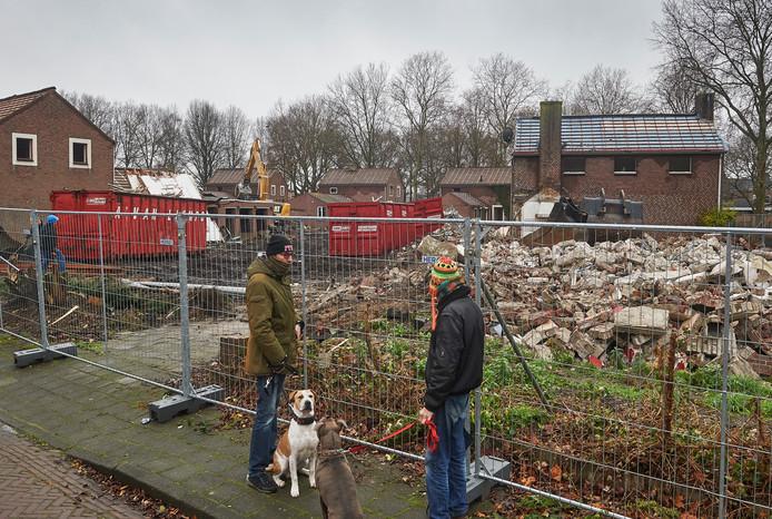 Buurtbewoners bij de sloop van de huizen aan de Ringbaan-Noord in Uden.