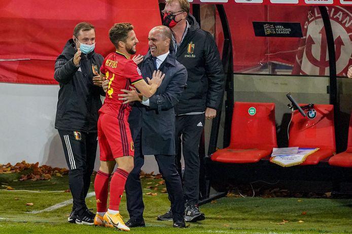 Après avoir marqué son but contre l'Angleterre, Dries Mertens a couru dans les bras du sélectionneur.
