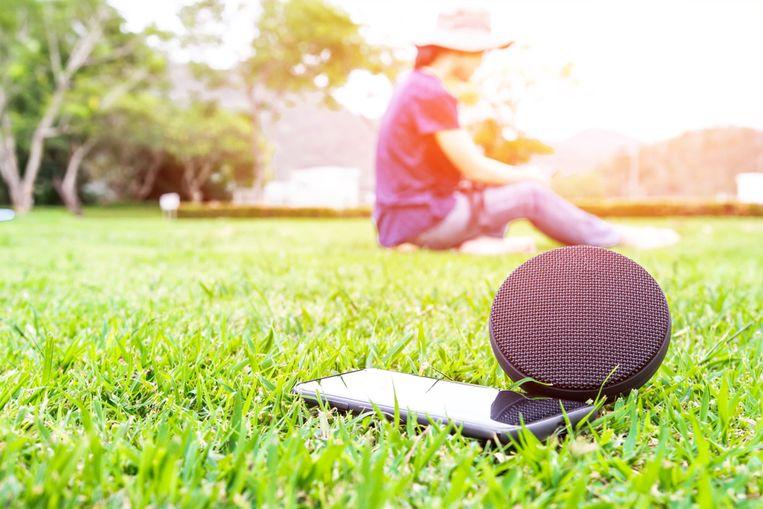 Een draadloze speaker is handig in de tuin of in het park.