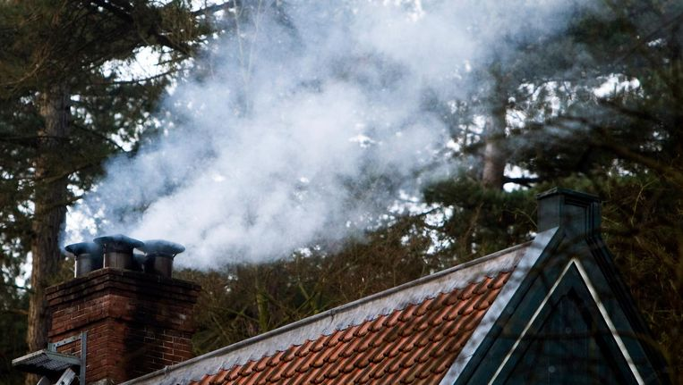 Houtkachels verspreiden, net als het verkeer, fijnstof. Dit is een verzamelnaam voor een breed scala aan stofjes die in de lucht zweven. Beeld anp