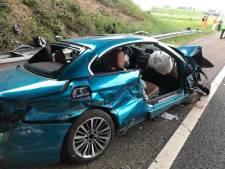 Bizar ongeval: auto belandt óp vangrail en wordt gelanceerd tegen viaduct