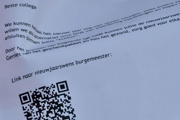 Aan de papieren zak met de aperobox hangt ook een bedankingsbrief met een QR-code waarmee het personeel van de gemeente Ledegem de virtuele nieuwjaarsboodschap van de burgemeester kan bekijken en beluisteren.