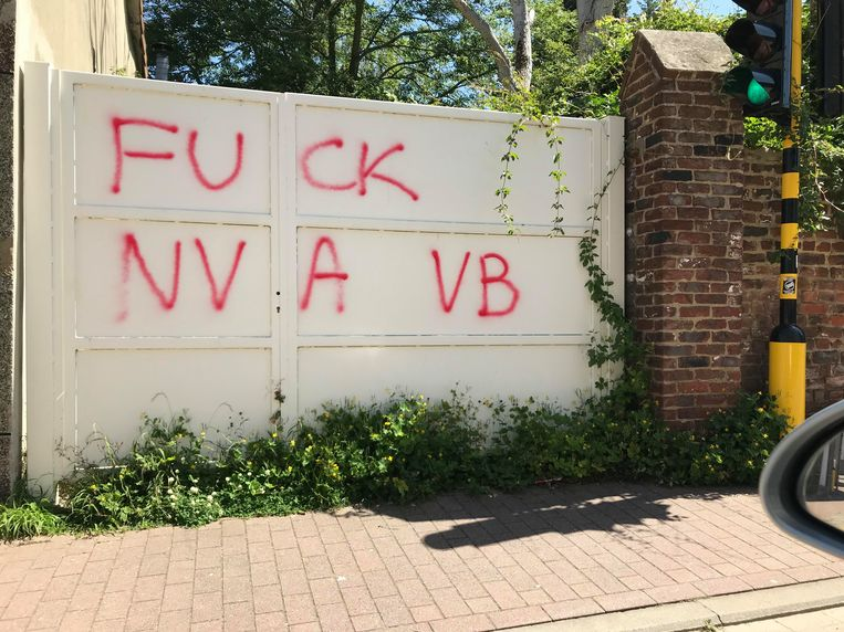 De poort in de Hoogstraat werd beklad met graffiti