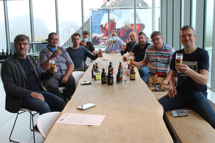 De cafébazen van de cluster Meetjesland Café testen het nieuwe Meetjeslandse Ganzenspel al eens uit.