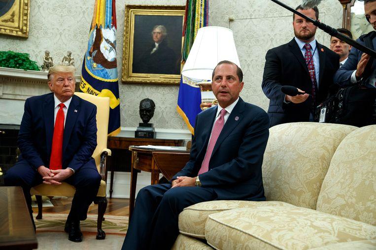 Trump met de Amerikaanse minister van Volksgezondheid Alex Azar.