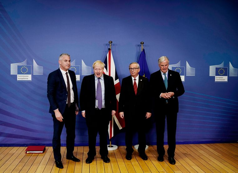 Britse premier Boris Johnson (tweede van links) poseert met voorzitter van de Europese Commissie Jean-Claude Juncker (2R) en EU-hoofd Brexit-onderhandelaar Michel Barnier (R) en de Britse Brexit-minister Stephen Barclay (L). Beeld AFP