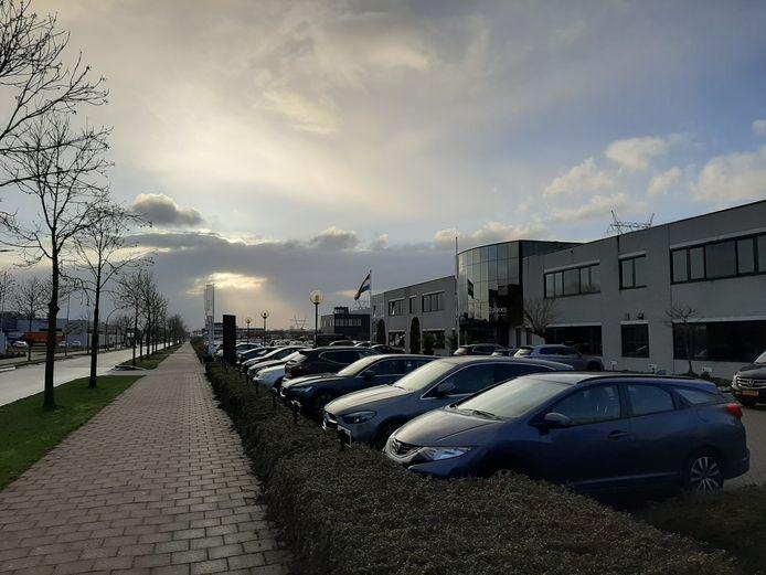 Volle parkeerplaatsen bij bedrijfsverzamelgebouwen in Harderwijk.