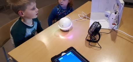 Almelose kinderen gefascineerd door huisrobot Homey