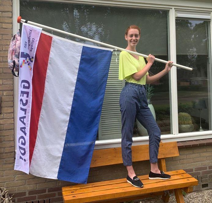 Elvira Uijttenbroek (17) uit Nunspeet is geslaagd voor haar VMBO tl diploma. Ze verruilt het van Kinsbergen College Elburg voor het Deltion College. Daar wordt ze opgeleid tot specialist/modemaat kleding.
