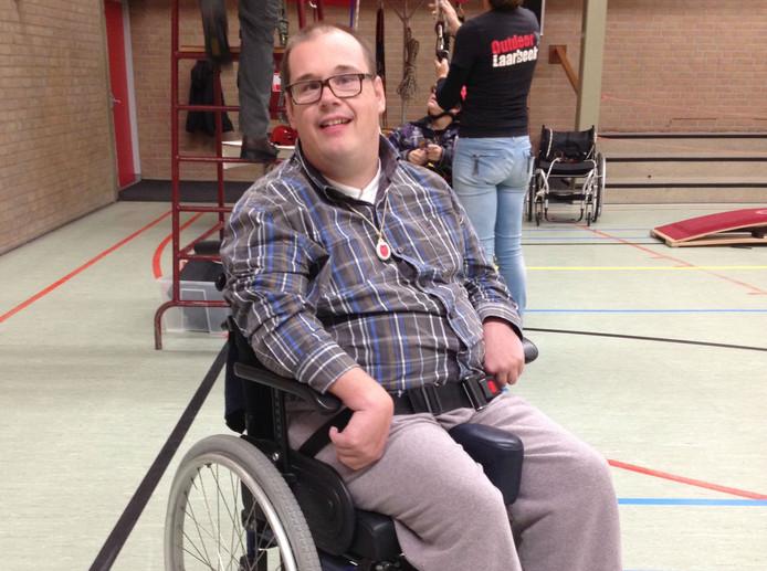 Maikel van den Berg in de sporthal van De Dreef, waar hij ervoer hoe je als rolstoeler aan klimsport kunt doen.