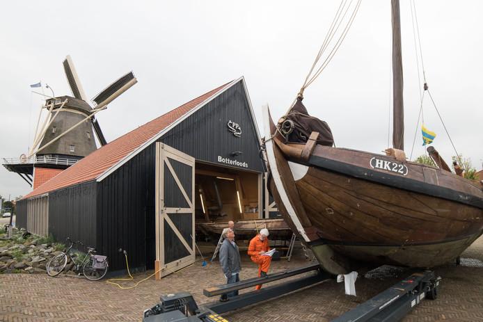 Botterexpert Wim Mendelts (in oranje overall) taxeerde twee maanden geleden de Harderwijkse botters. Om de vloot in conditie te houden is 200.000 euro nodig de komende vijf jaar.
