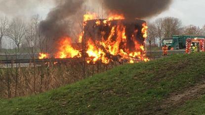 Oplegger vol strobalen brandt uit langs snelweg