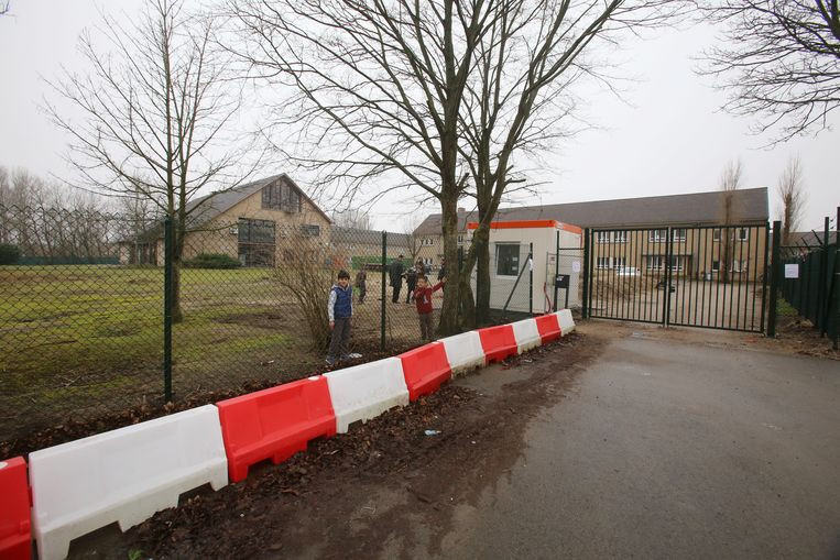 Burgemeester Marc Vanden Bussche behoudt voorlopig de lockdown van het asielcentrum.