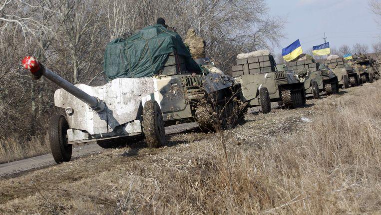 Pantserwagens van het Oekraïense leger. Beide partijen moeten hun zware wapens terugtrekken van de frontlinie. Beeld AFP