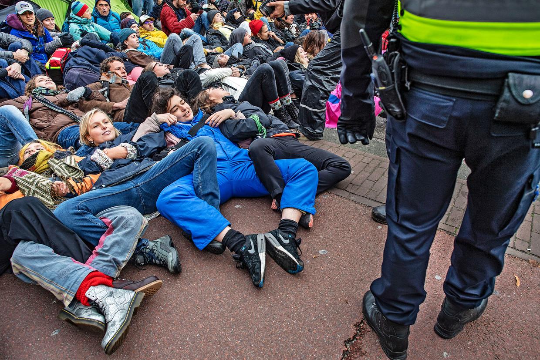 In rap tempo vormde zich een menselijke muur over de volle breedte van de weg bij het Rijksmuseum.  Beeld Guus Dubbelman / de Volkskrant