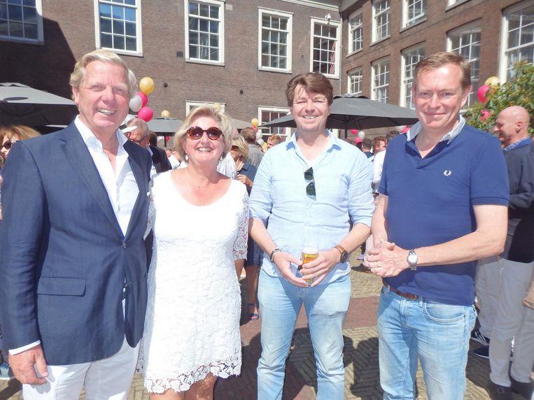 Bob W. Toetenel (adviesbureau), zijn partner Lydia, Eric Trinthamer, vriend van Frits, en minister Bruno Bruins: 'Ze noemen Toetenel Tout NL. Hij kent heel Nederland' Beeld Schuim