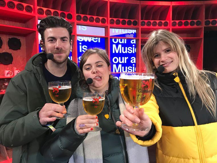 De presentatoren van de Warmste Week proeven het Gîrnaertbier uit Boekhoute.