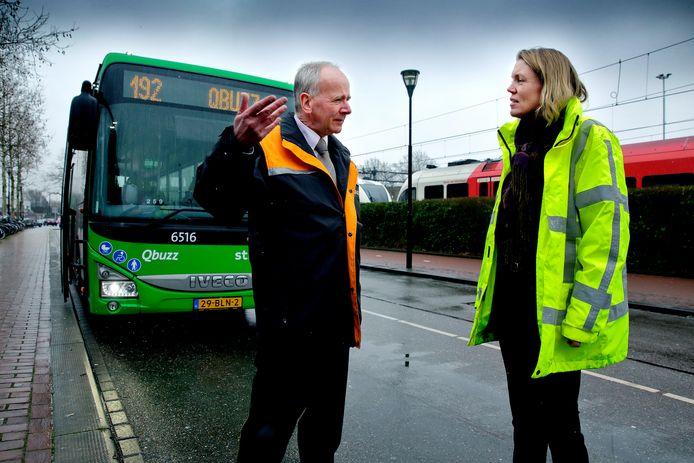 Susan Zethof van Qbuzz in gesprek met een chauffeur: ,,In Streefkerk stappen 's avonds niet veel mensen in de bus.''
