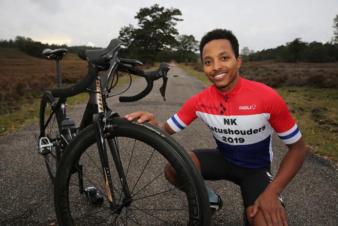 Wielrenner Sami Gheremaskel Kifle van Dutch Food Valley Cyclingteam pakte de eerste Nederlandse titel voor statushouders.
