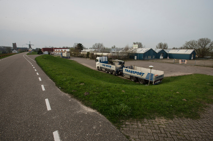 De plaats aan de Hoge Maasdijk in Woudrichem waar geen 80 maar 96 huizen gebouwd gaan worden.