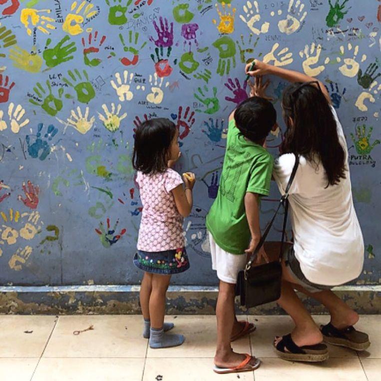 Loredana Falone en enkele kindjes uit het weeshuis in Bali.