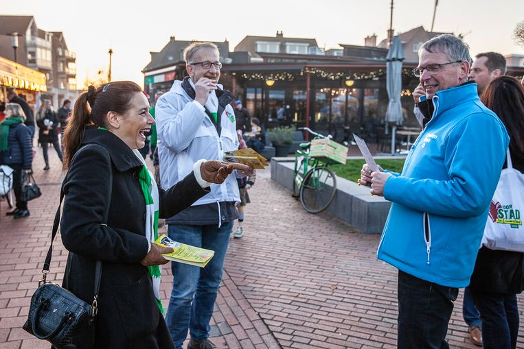 Verschillende politieke partijen flyeren op de markt van Haren in verband met de herindeling van de gemeente, 16 november.  Beeld Harry Cock/de Volkskrant