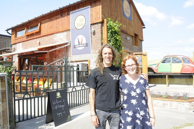 Bram Hafkamp en Lien Vleminckx bij hun nieuwe café.