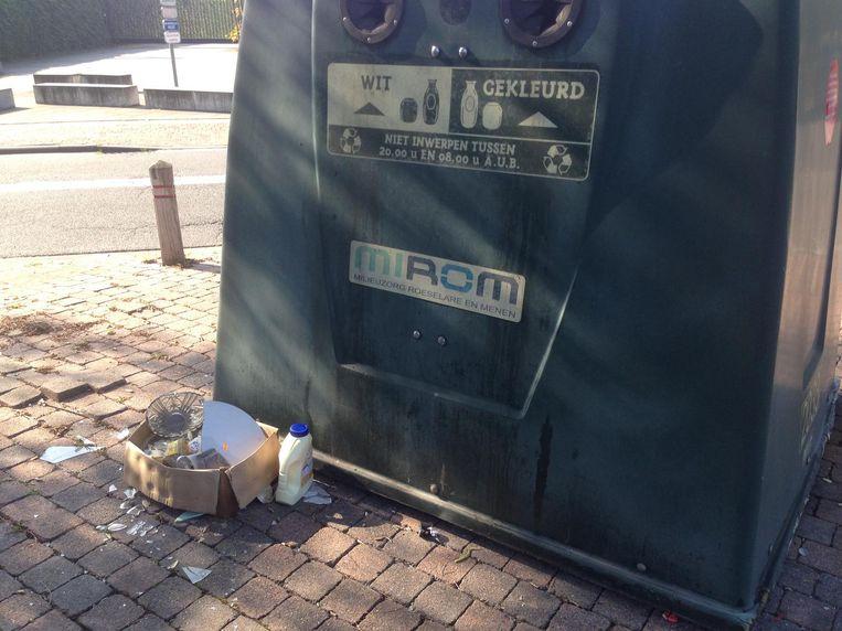 Het afval bij de glasbol in de Sint-Jozefstraat.