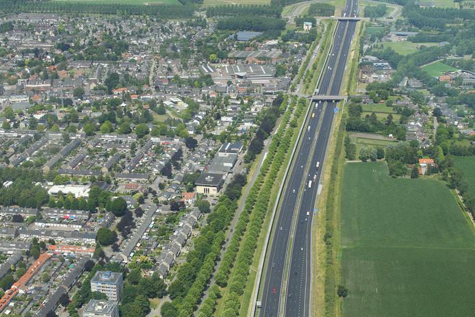 De A2 aan de oostkant van Best. Met het Quatre Bras-viaduct en ten noorden daarvan het viaduct bij Best-West.