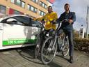 Wethouders Joost van der Geest en Eelke  Kraaijeveld (rechts) op hun elektrische fiets. Vanaf vandaag moeten ze hun eigen auto laten staan.
