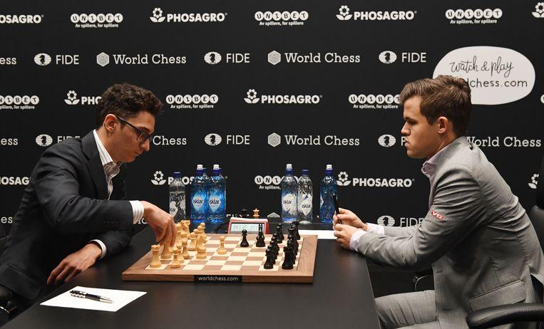 Magnus Carlsen (rechts) en Fabiano Caruana (links). Beeld EPA