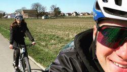 TERUGLEZEN. Remco Evenepoel kruipt samen met vriendin de fiets op - Roger Federer trotseert de elementen