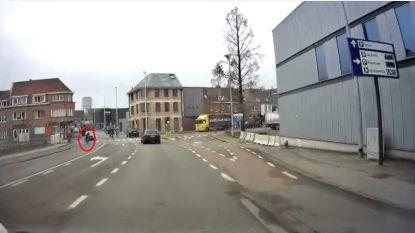 Video: Wielrenner snijdt wagen de pas af aan Zeebergbrug nadat ze afslag mist