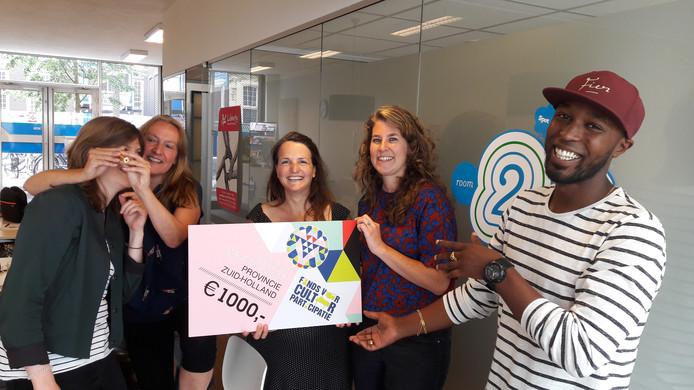 Esmeralda Detmers, tweede links, het team van Spot 46 en Liberty, prijsuitreiker Elten Kiene (rechts) en de gewonnen gouden caleidoscoop.
