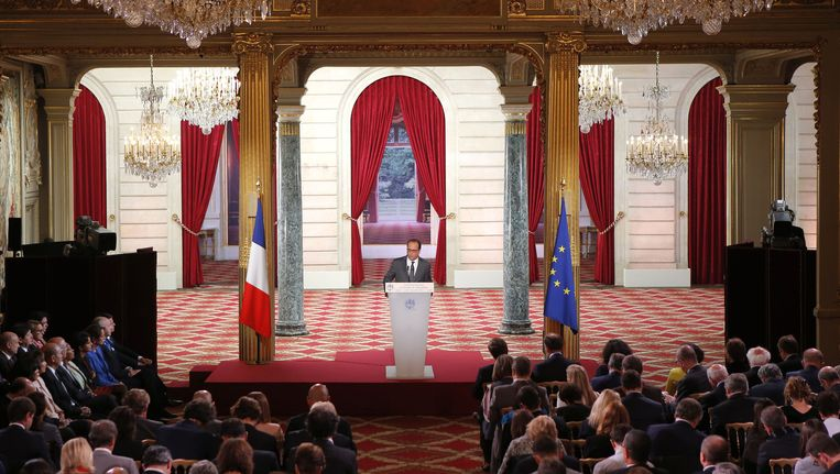 De Franse president Hollande tijdens de persconferentie in het Elysee, waarin hij aankondigt zeker 24.000 extra vluchtelingen op te nemen. Beeld ap