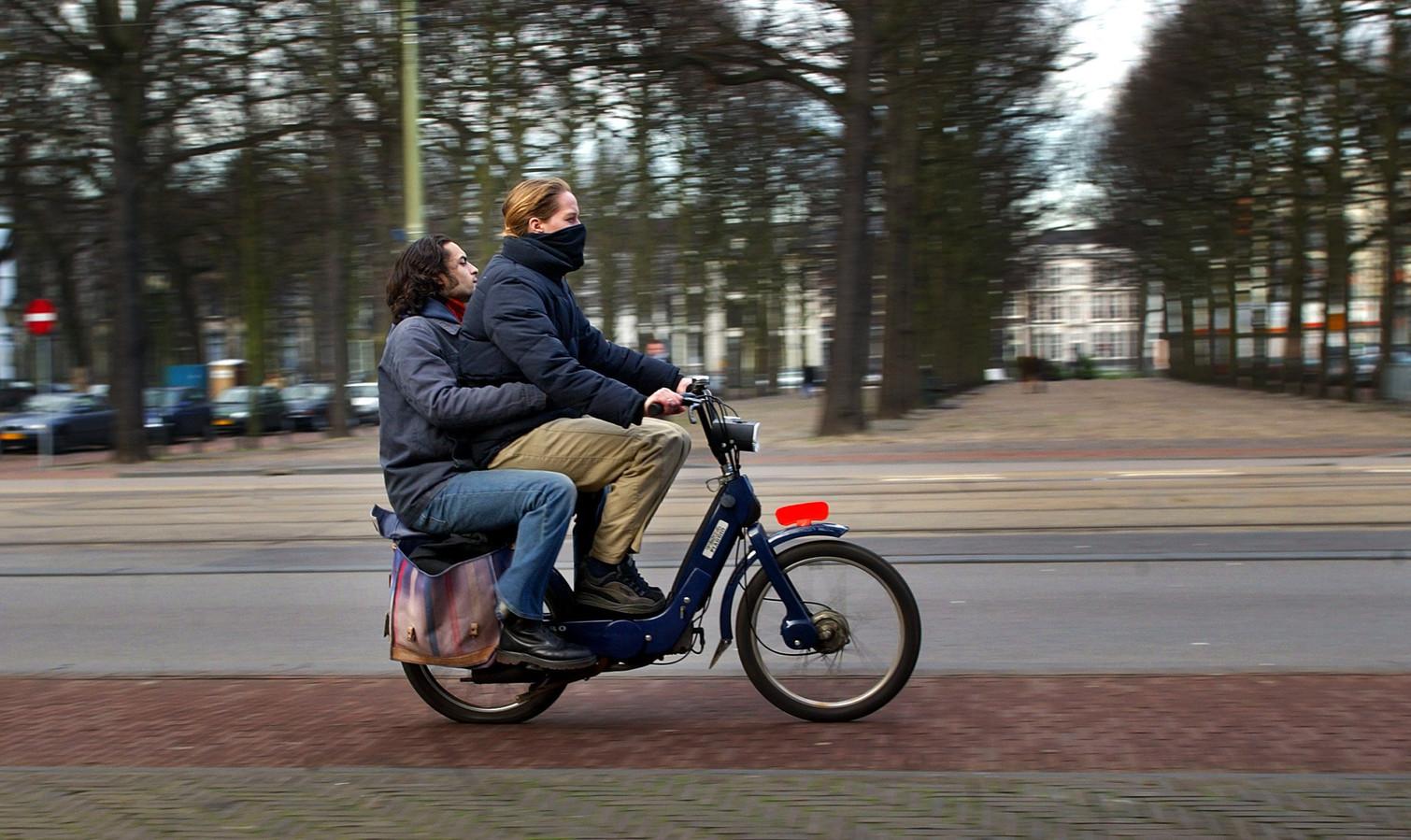 Samen op de snorfiets door de Haagse binnenstad.
