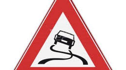 Auto tegen verlichtingsgpaal en gevel