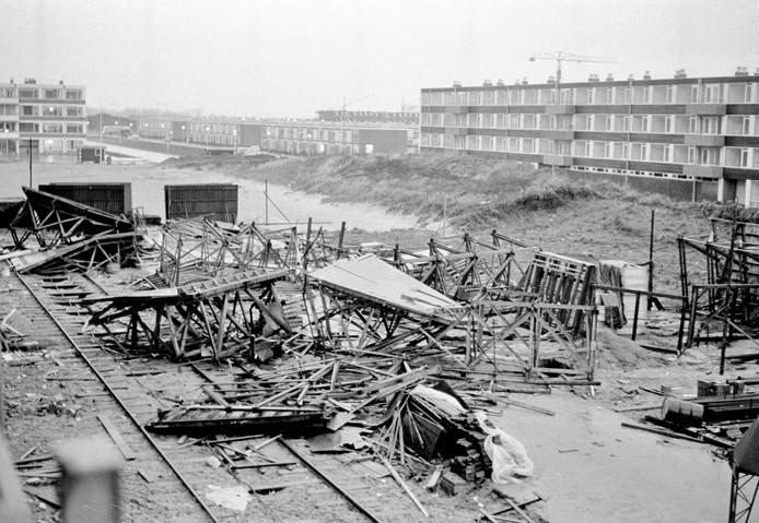 Ravage op de bouwplaats van een flatgebouw aan de Moezeldreef in Overvecht na de storm van donderdag 9 december 1965.