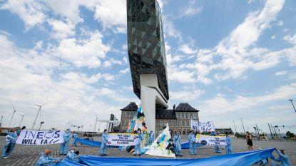 """Activisten bouwen plasticberg aan Havenhuis: """"Antwerpse haven wacht lot van Titanic als ze vervuilende industrie blijft binnenhalen"""""""